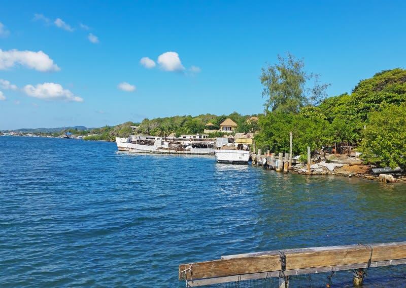 罗阿坦河畔赫拉博尔的船 免版税库存照片