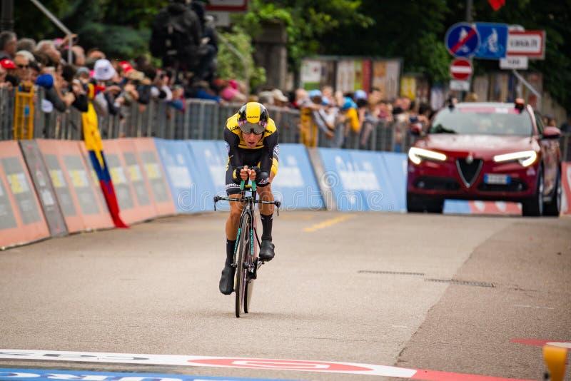 罗韦雷托,意大利2018年5月22日:时间试验阶段的终点线的专业骑自行车者从特伦托的向罗韦雷托 库存照片