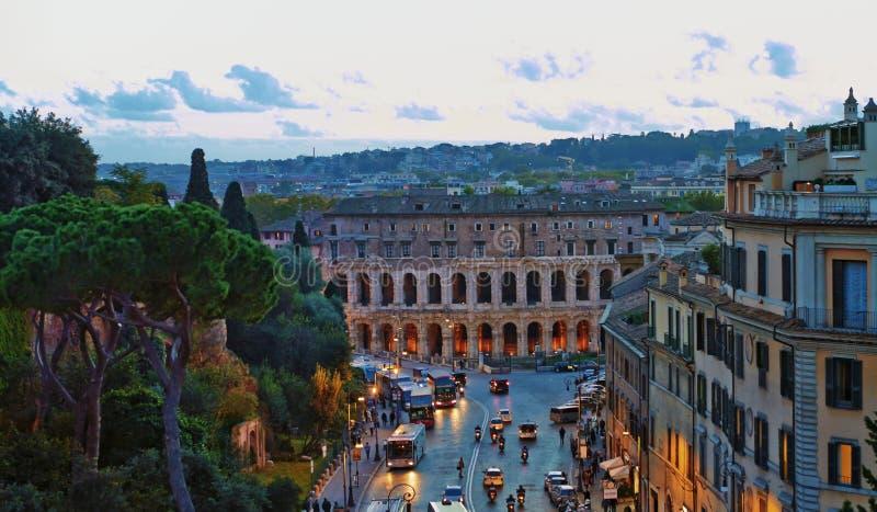 罗马全景大厦晚上 罗马与古老建筑学的屋顶视图在日落的意大利 库存照片