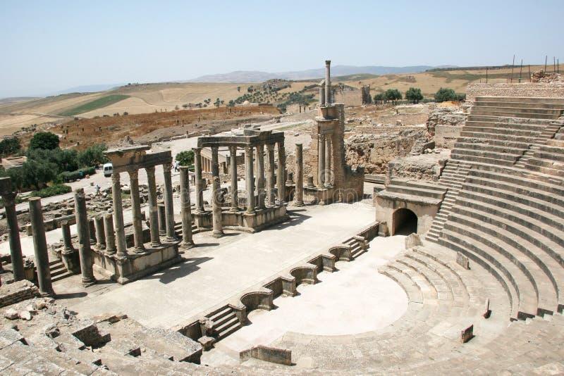罗马剧院在杜加-努米底亚的前首都 免版税库存照片