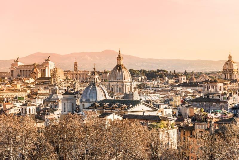 罗马历史建筑学城市地平线全景屋顶在日落,意大利的 免版税库存图片