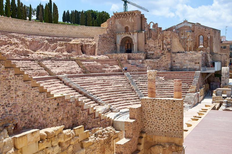 罗马圆形剧场和废墟在卡塔赫钠市,穆尔西亚,西班牙的区域 免版税库存照片