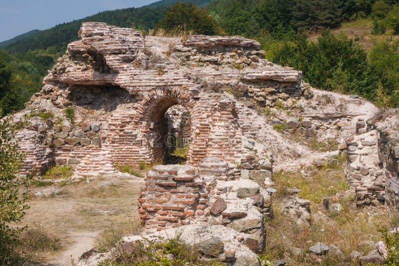罗马堡垒的废墟特洛伊山口门的  库存图片