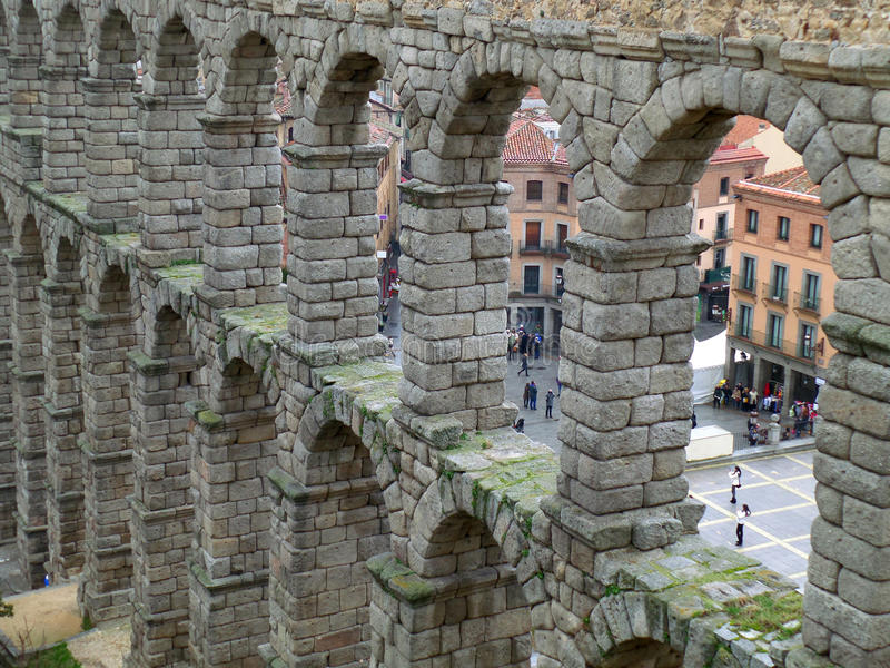 罗马塞哥维亚输水道,西班牙石曲拱  免版税图库摄影