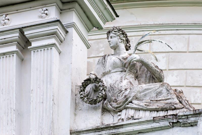 罗马女神维多利亚或希腊耐克雕象在宫殿和公园复杂庄园Tarnowski, s里 Kachanovka,乌克兰 免版税库存图片