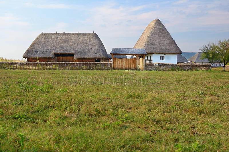 Download 罗马尼亚传统村庄 编辑类库存图片. 图片 包括有 村庄, 农场, 乡下, 视图, 房子, 横向, 晒裂, 茅草屋顶 - 22352269