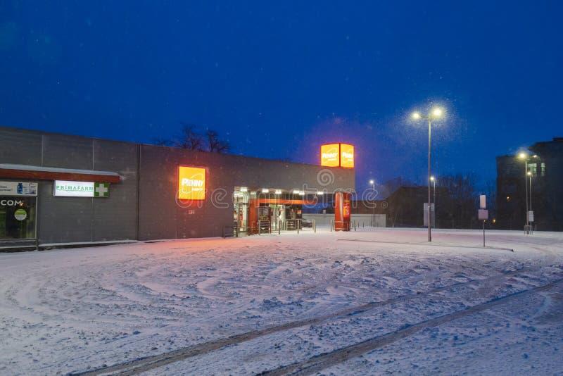罗马尼亚加拉蒂 — 2020年2月6日 在雪天早晨在佩妮市场前停车 免版税库存图片