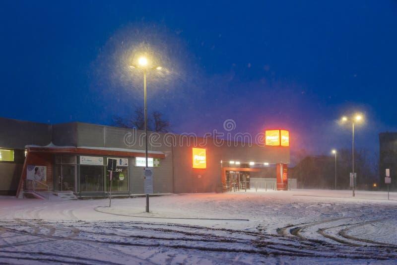 罗马尼亚加拉蒂 — 2020年2月6日 在雪天早晨在佩妮市场店前停车 免版税库存照片
