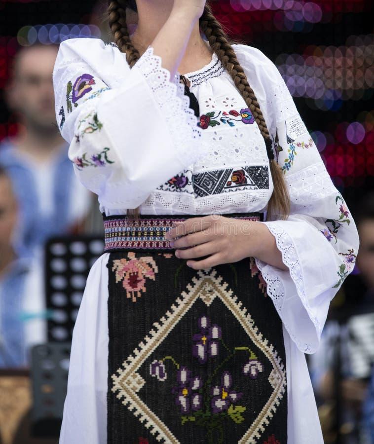 罗马尼亚在执行在阶段的舞蹈家的女孩全国服装 图库摄影