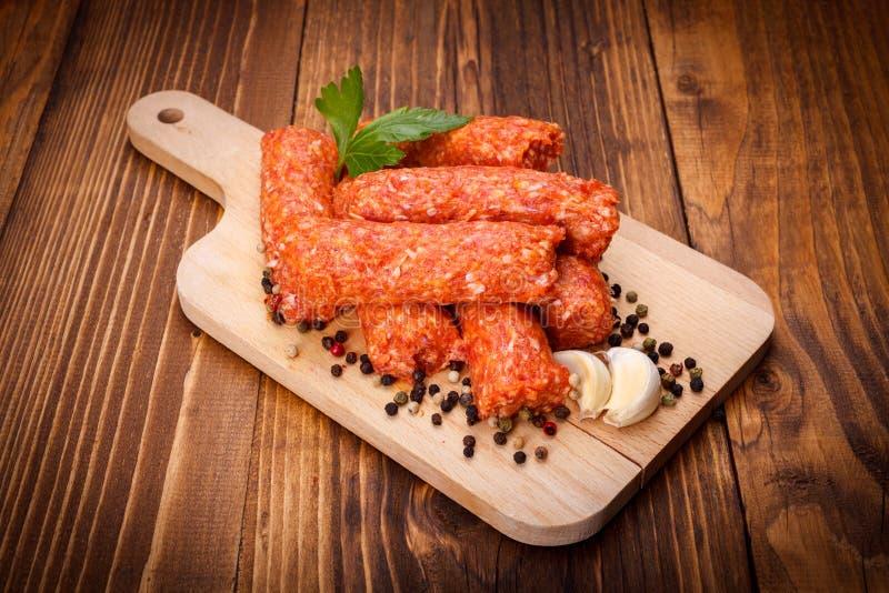 罗马尼亚猪肉和羊羔香肠、mititei用胡椒和大蒜 免版税库存照片