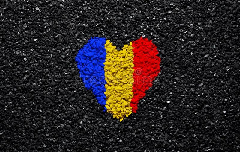 罗马尼亚的旗子,罗马尼亚旗子、心脏在黑背景,石头、石渣和木瓦,墙纸 免版税库存照片
