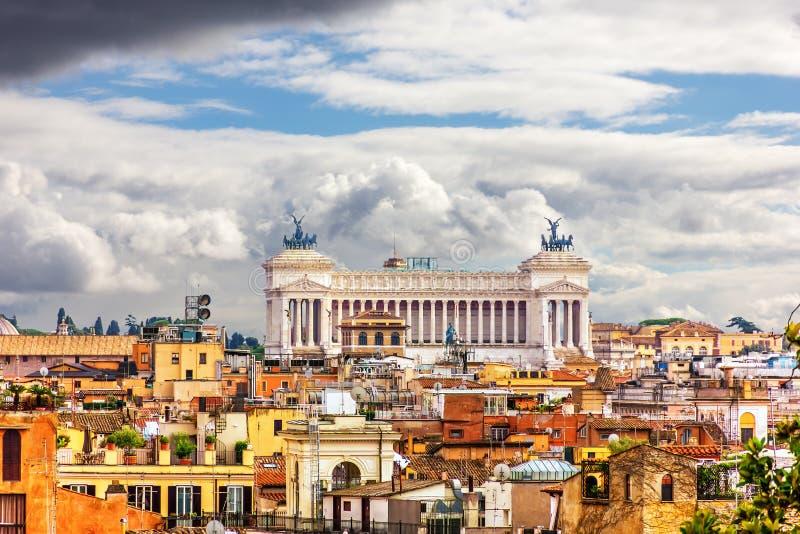 罗马屋顶和祖国的法坛从别墅博尔盖塞观看的平台的  免版税库存图片