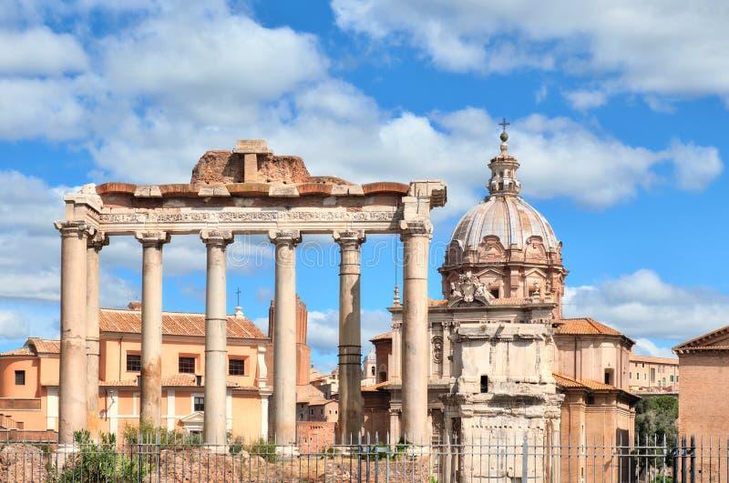 罗马广场的废墟有土星寺庙的专栏的  库存照片