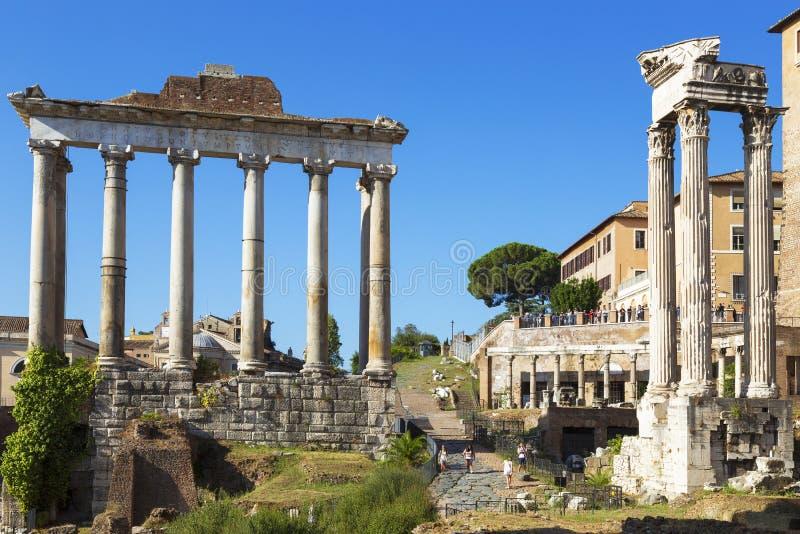 罗马广场的废墟的看法有土星寺庙的  罗马 免版税库存图片