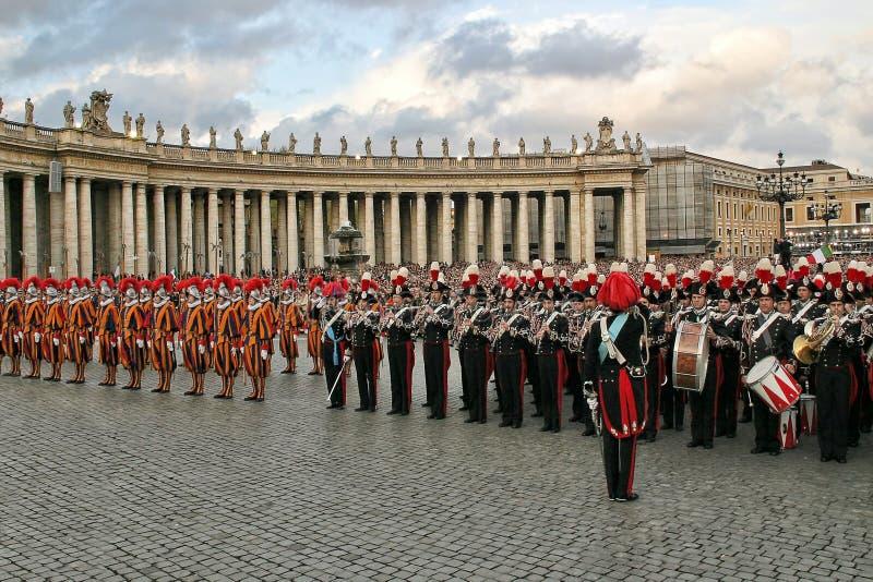 罗马教皇瑞士近卫队和军乐队在梵蒂冈。 库存照片