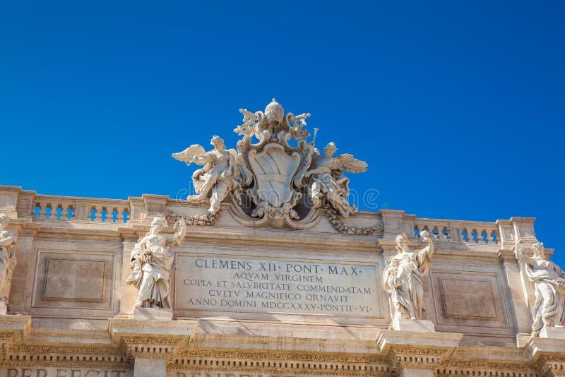 罗马教皇的徽章在Trevi喷泉的在1762年修造的 库存照片