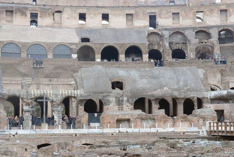 罗马斗兽场在罗马- 2015年12月19日 观光的游人 免版税库存图片