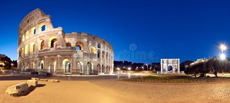 罗马斗兽场大剧场在晚上,罗马,意大利 图库摄影