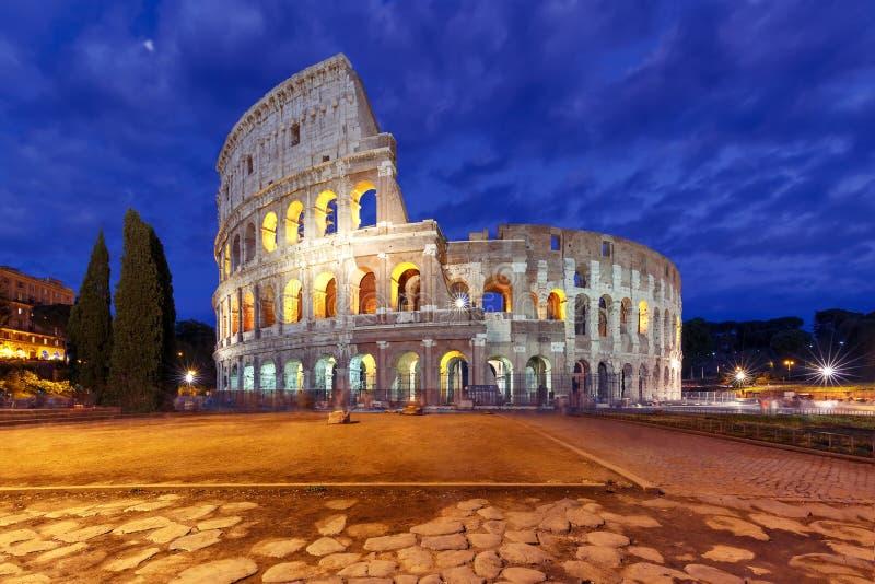罗马斗兽场或大剧场在晚上,罗马,意大利 免版税库存照片