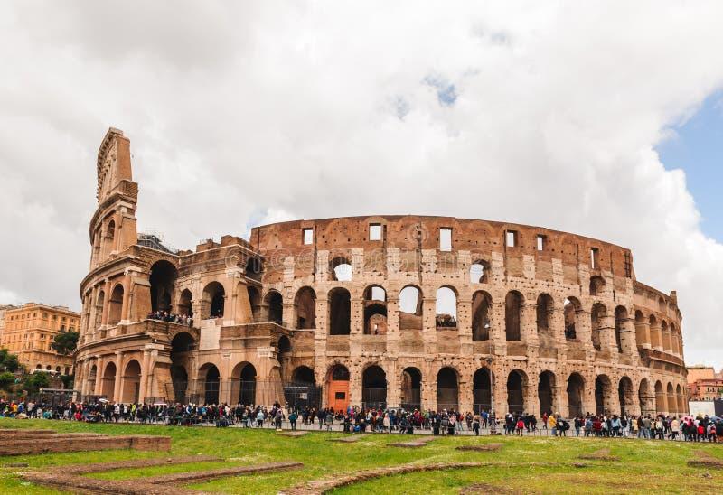 罗马斗兽场由游人人群围拢了 免版税库存图片