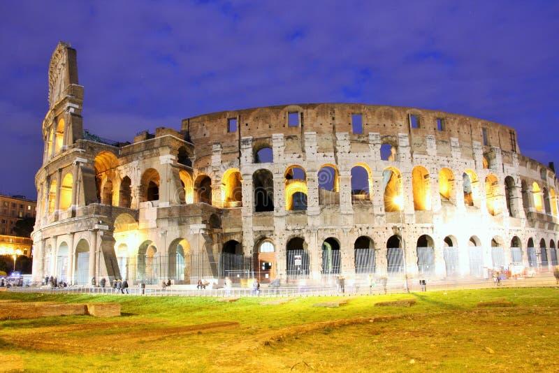 罗马斗兽场(罗马,意大利)在晚上 库存照片