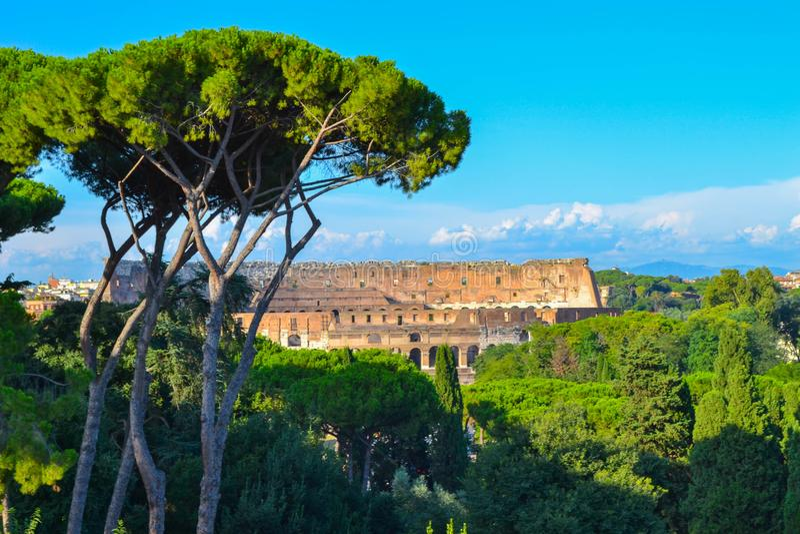 罗马斗兽场Coliseo的看法从罗马广场的在罗马,意大利 免版税库存照片