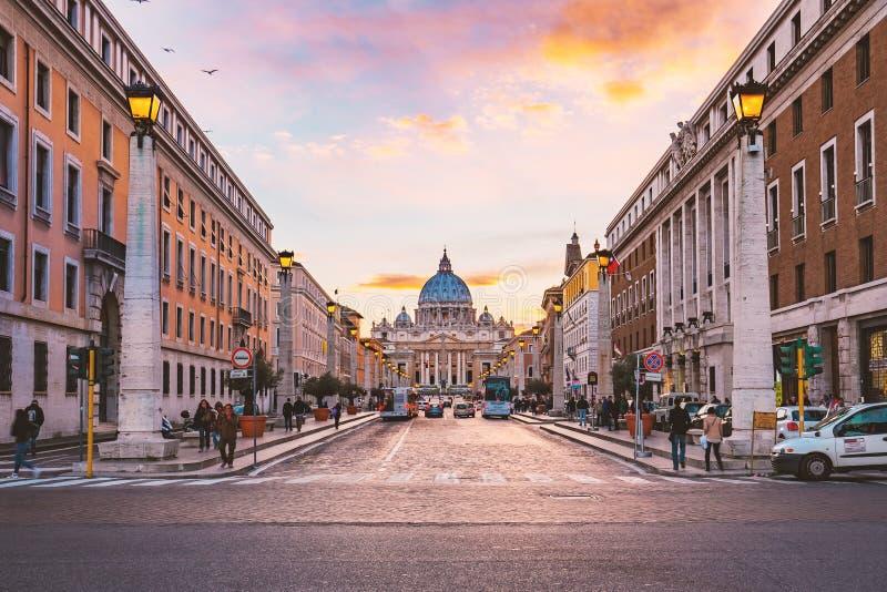 罗马暮色看法圣彼得大教堂的在意大利 库存照片