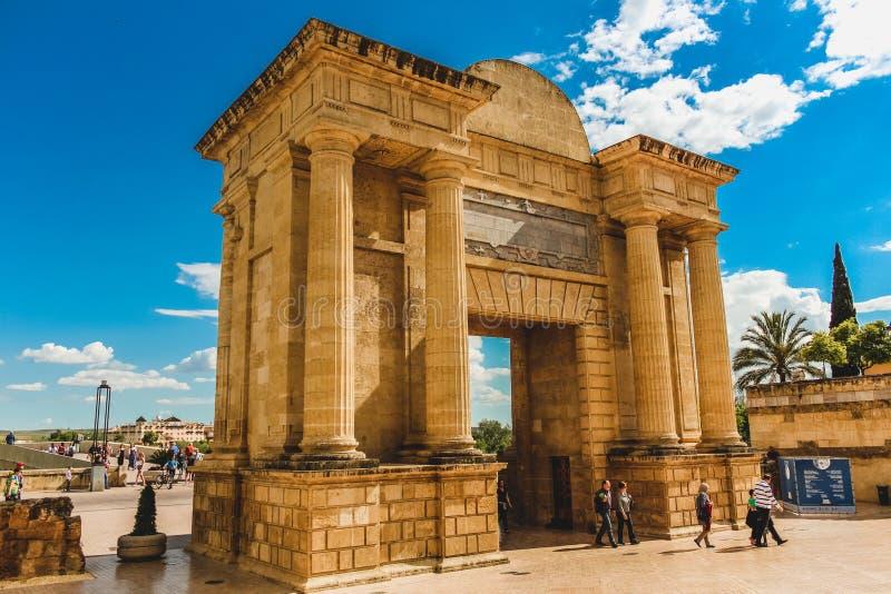 罗马曲拱桥梁门在科多巴西班牙 免版税库存图片