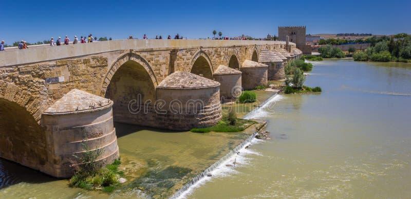 罗马桥梁和城市门的全景在科多巴 库存图片