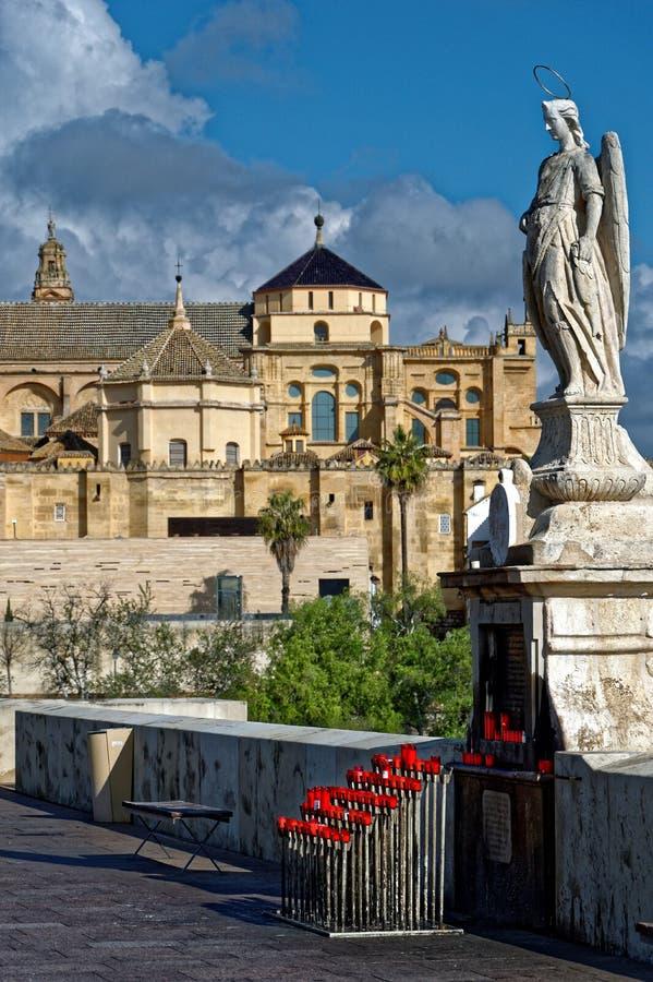 罗马桥梁和大教堂的圣拉斐尔在科多巴 免版税库存图片