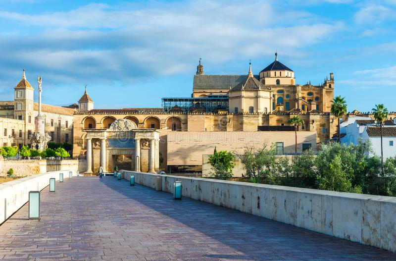 罗马桥梁和梅斯基塔大教堂在科多巴,安大路西亚,西班牙 免版税图库摄影