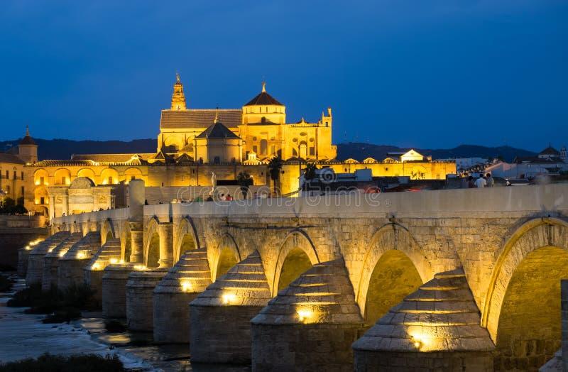 罗马桥梁和梅斯基塔,科多巴,西班牙 免版税库存照片