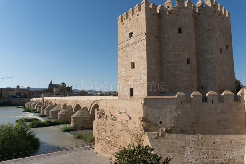 罗马桥梁和瓜达尔基维尔河河,清真大寺,科多巴, Spai 库存图片