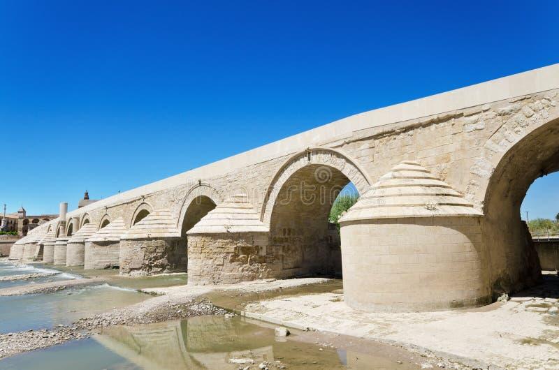 罗马桥梁和瓜达尔基维尔河河在科多巴,安大路西亚,西班牙 免版税图库摄影