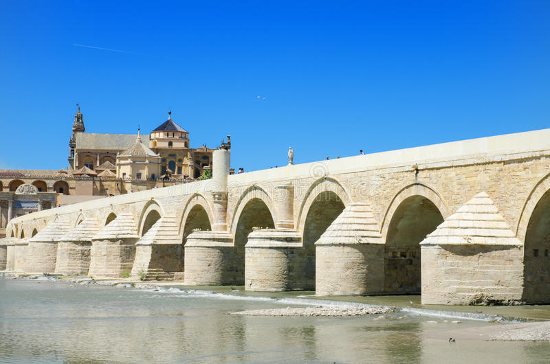 罗马桥梁和瓜达尔基维尔河河在科多巴,安大路西亚,西班牙 库存照片