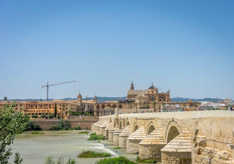 罗马桥梁和科多巴清真寺教会横跨Gua的 库存图片