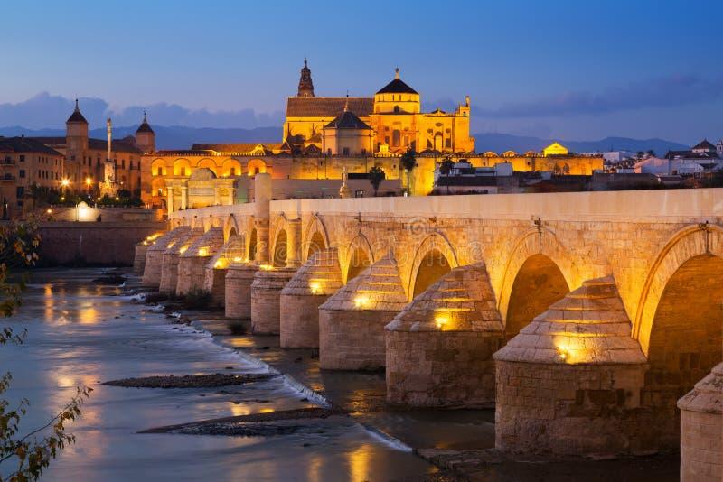 罗马桥梁在晚上 科多巴西班牙 库存图片