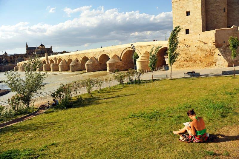 罗马桥梁,瓜达尔基维尔河河,科多巴,西班牙 免版税库存照片