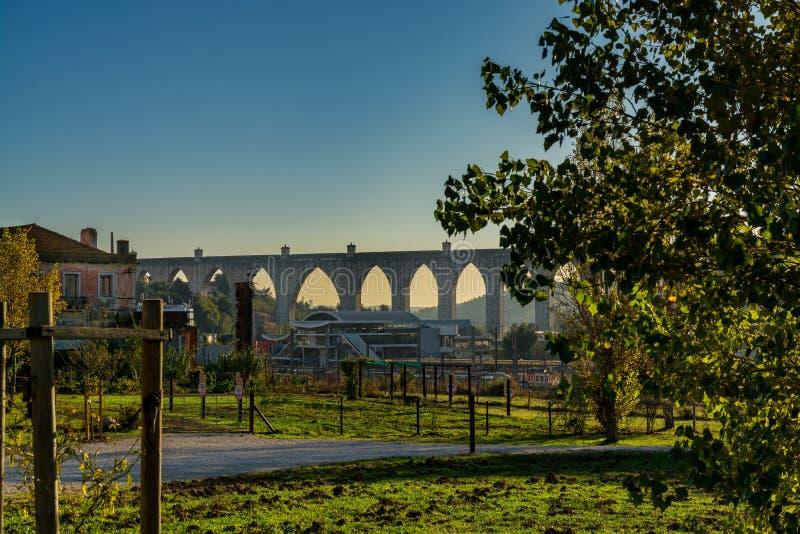 罗马水渡槽在里斯本,葡萄牙 免版税库存照片
