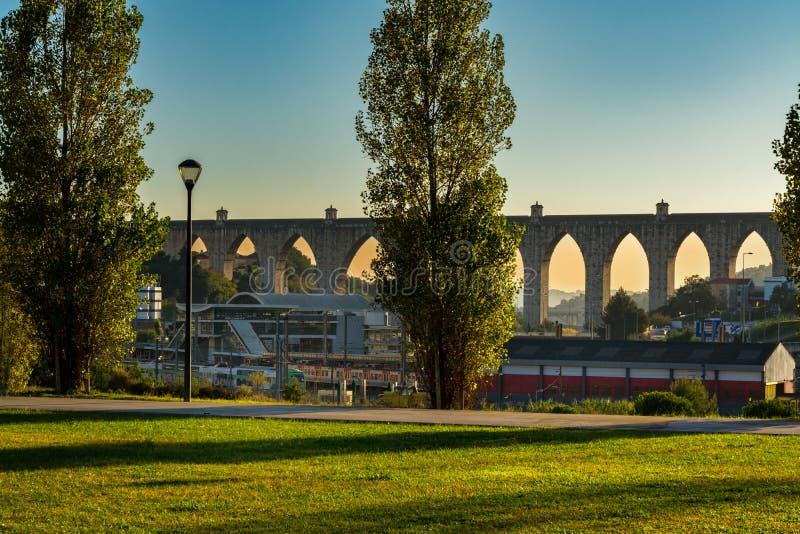 罗马水渡槽在里斯本,葡萄牙 免版税库存图片