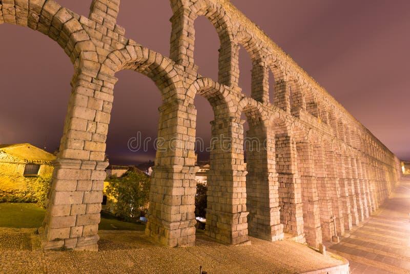 罗马渡槽在夜 Segovia,西班牙 图库摄影
