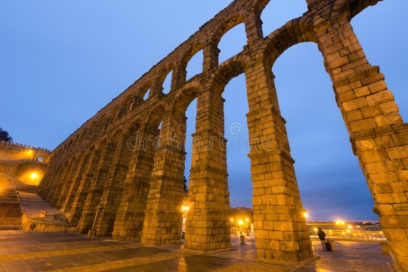 罗马渡槽广角射击在塞戈维亚,西班牙 免版税库存照片