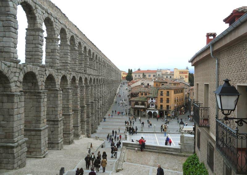 罗马渡槽遗骸在塞戈维亚,西班牙的市中心 免版税库存图片