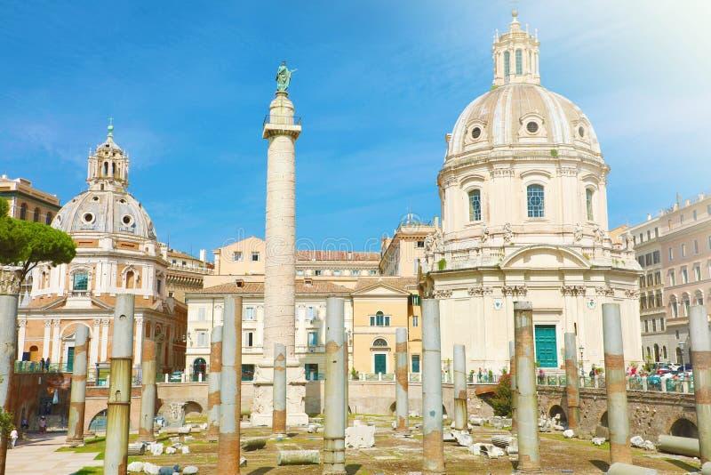 罗马的特拉扬论坛、带特拉扬柱的古遗址、Santissimo Nome di Maria教堂和乌尔皮亚大教堂 免版税库存照片