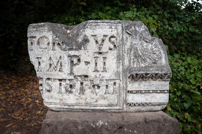 罗马论坛上展示的碎石和拉丁文铭文 免版税库存图片