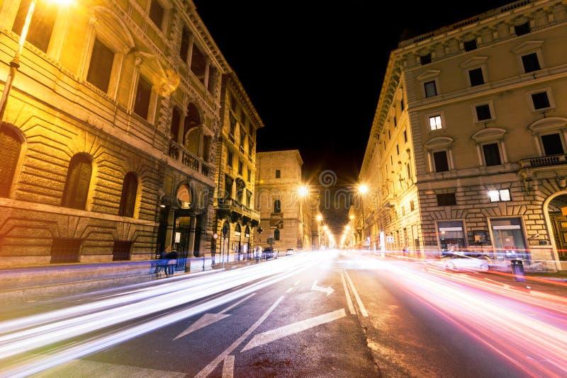 罗马路在晚上,城市交通光落后和citylife 意大利 免版税图库摄影