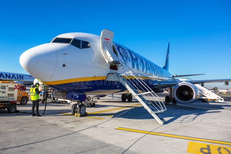 罗马钱皮诺,意大利- 2019年1月12日:在搭乘的瑞安航空公司飞机在罗马附近的钱皮诺机场 瑞安航空公司操作300多 免版税库存图片
