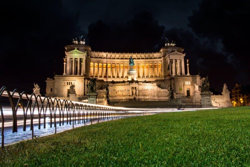罗马,广场Venezia,维多利亚女王时代在晚上 库存图片