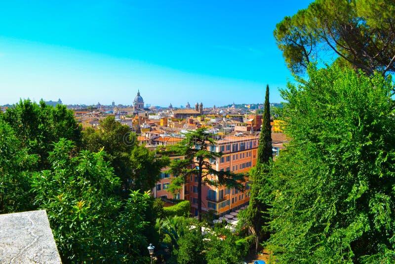 罗马,意大利看法,从别墅Borghese,通过绿色树 库存照片