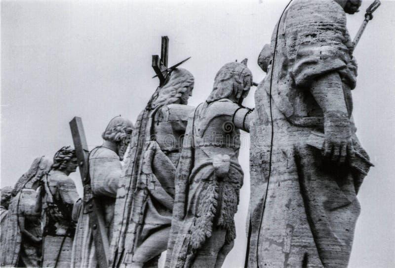 罗马,意大利,1970年-基督和圣徒雕象控制圣皮特圣徒・彼得的广场 免版税库存图片